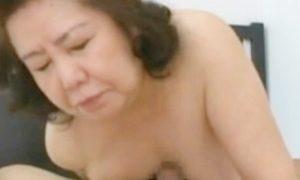 還暦を迎えた女性が欲情し活きのいいポコチンを粘っこい紅葉合わせで焦らしてる動画w